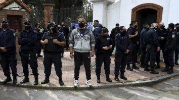 Un grupo de policías, con armas en las cinturas, protestan en la Quinta de Olivos.