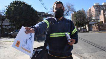 Desde hace 25 años Hernán Arana trabaja en el Correo Argentino, a pesar de su juventud e suno de los carteros más experimentados de la ciudad.