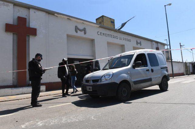 Un Renault Kangoo de la familia del joven que estaban enterrando, estacionado en la puerta del cementerio La Piedad, fue alcanzado por los disparos