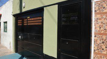 Castellanos al 3400. La familia que alquila la casa observó tres disparos en el portón y dos en la puerta principal de la casa.