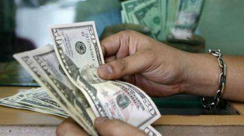 El gobierno anunció ayer un encarecimiento del dólar ahorro.