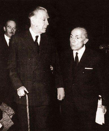 El escritor Jorge Luis Borges en una de sus vistas a la Sede Social, acompañado por el Dr. Juan M. Vila Ortiz