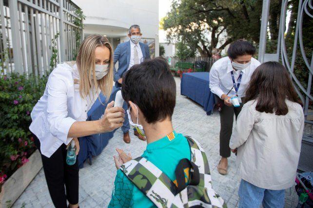 Alumnos ingresan a una escuela de Madrid.