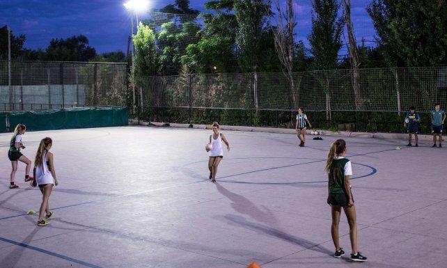 Las chicas se sumaron a la práctica de futsal y fútbol de campo