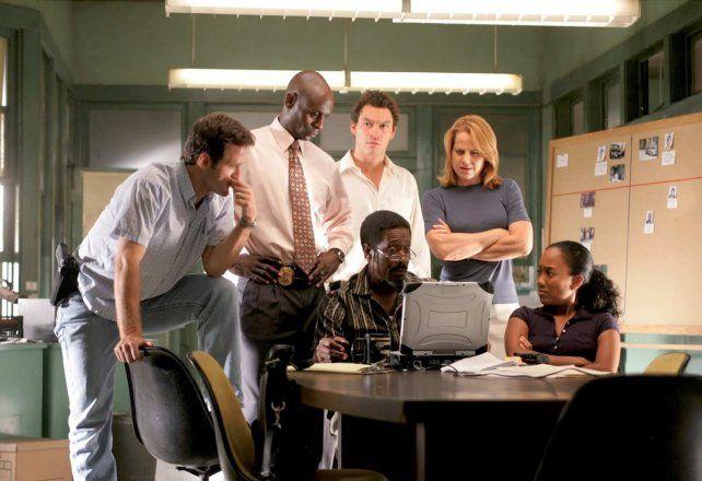 El equipo de investigadores en acción. The Wire está considerada una de las mejores series de la historia.