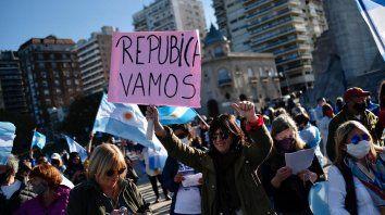 En Rosario, los manifestantes se concentraron en el Monumento a la Bandera.