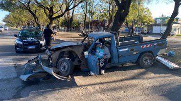 Una camioneta se subió al cantero de Oroño, chocó con un árbol y quedó destruida