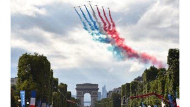 La Fuerza Aérea francesa saluda la llegada de los competidores a París.