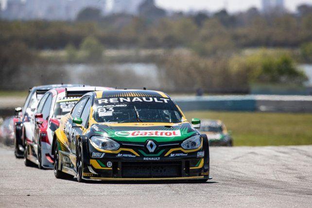 El Renault de Ardusso encabeza el segundo lote de la carrera en el Gálvez. Adelante, Canapino y Rossi se cortaron.