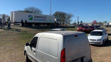 Los camioneros se concentraron hoy en la ruta nacional 11, en Las Toscas, a la espera de una solución.