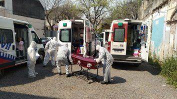 Pacientes esperaba este mediodía ser internados mientras empleados de una funeraria retiraban un ataúd.