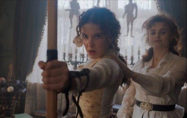 Helena Bonham Carter (derecha) interpreta a la madre de Enola. Cuando la mujer desaparece, su hija sale en su búsqueda.