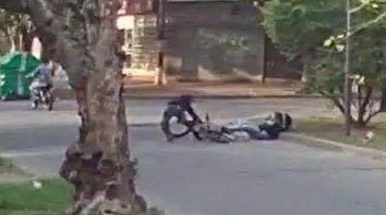 Un video de una cámara de videovigilancia registró el momento en el que dos motochorros asaltan a un ciclista enla zona norte.