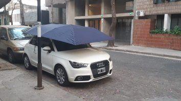 El paraguas para autos, un dispostivo para proteger a los vehículos que quedana la intemperie, llegó a Rosario.