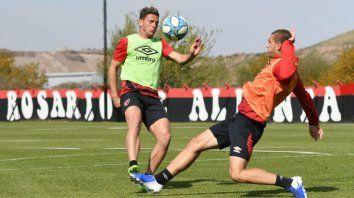 Alexis Rodríguez y Mateo Maccari disputan la pelota en Bella Vista. Se vienen amistosos fundamentales para ver si el fútbol puede retornar de manera oficial.
