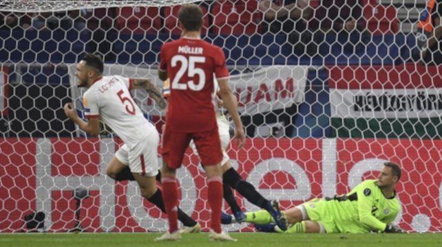 Lucas Ocampos abrió el marcador de penal para el Sevilla.