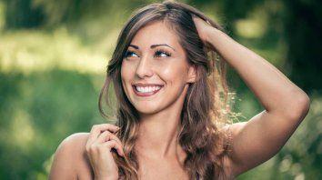 Las mujeres también sufren pérdida de pelo.
