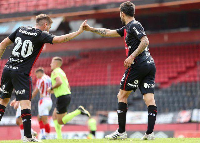 Festejo protocolar. Fernández saluda a Nacho tras la conversión del gol.