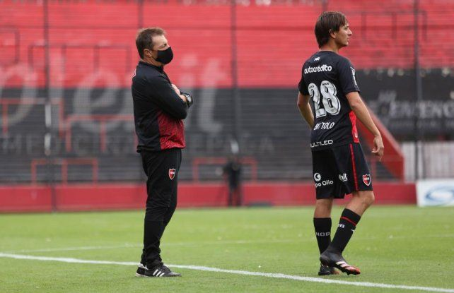 Kudelka y Bíttolo. El entrenador con el barbijo correspondiente sigue el juego.