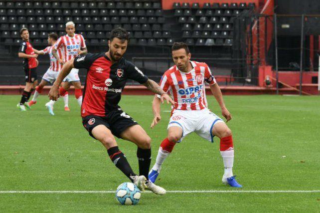 Nacho protege el balón ante la marca tatengue.