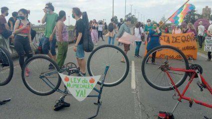 Los manifestantes se concentraron en el acceso al puente a Victoria.