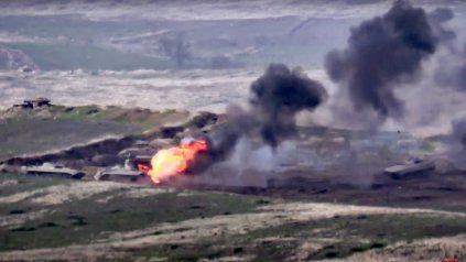 Blindados azeríes arden bajo el fuego armenio. Imagen del Ministerio de Defensa armenio.