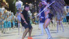 diego maradona se dio una vuelta por el carnaval de corrientes y la rompio bailando