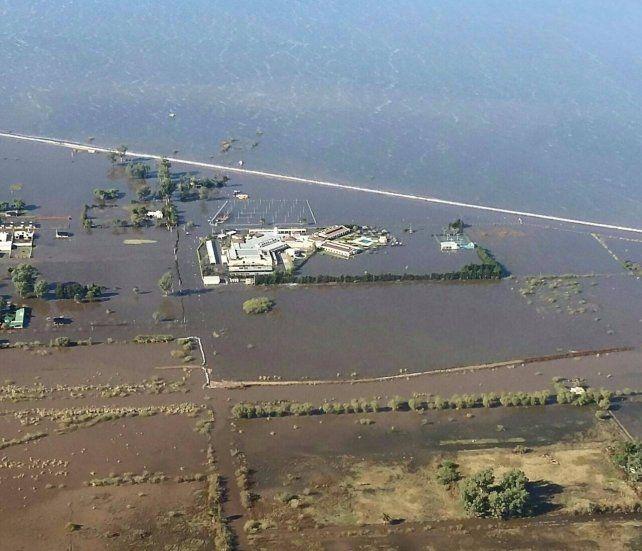 La delgada línea. El terraplen fue desbordado en algunos sectores y hay agua en ambos lados.