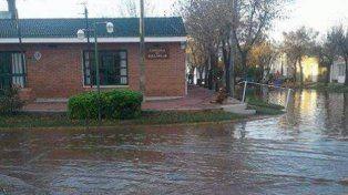 Anegados. Parte de la localidad ya tiene agua en las calles.