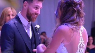 Dando el sí. Leo Messi y Anto Roccuzzo en el momento más emotivo de la boda en Rosario.