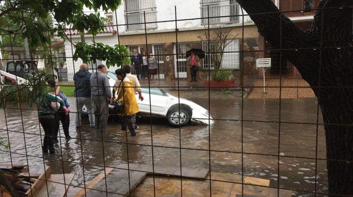 Un auto cayó a un pozo durante la lluvia y casi le pasa lo mismo a Gendarmería