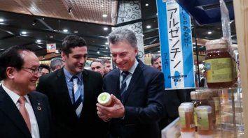 macri fue al super en japon a ver como se venden los productos argentinos