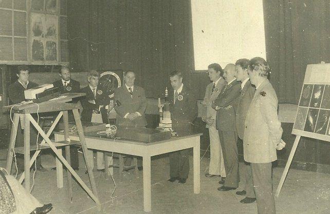 Angel Meynet presenta alDr. Luis Ambrosio Milone del Observatorio Astronómico Nacional de Córdoba. De izquierda a derecha: Jorge Coghlan