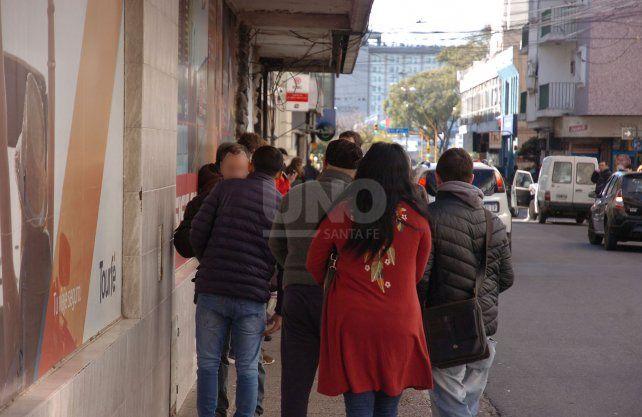 Grandes colas para comprar monedas extranjeras fuera de las casas de cambio