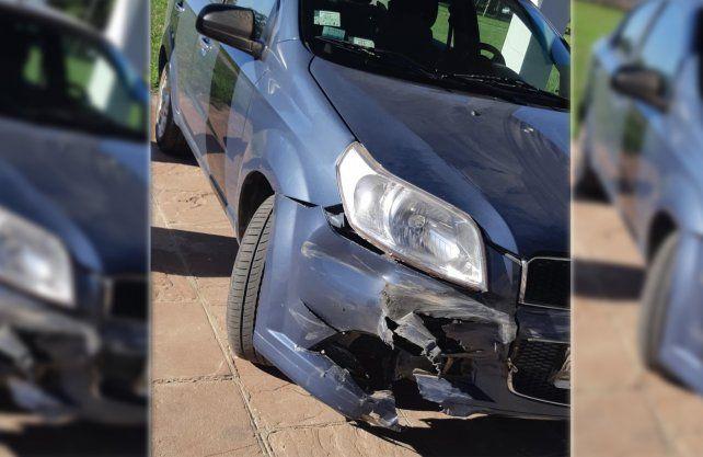 Así quedó el auto tras chocar contra el guardarraíl.