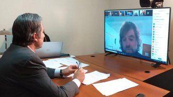 El diputado del Frente Renovador-PJ Oscar Martínez en la videoconferencia junto al padre Pepe.