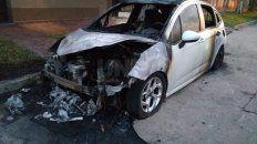 El auto incendiado en la noche del miércoles.