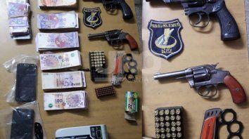 Dos jóvenes viajaban con armas cargadas y 128 mil pesos