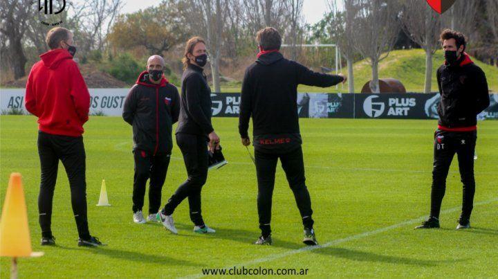 El técnico de Colón Eduardo Domínguez comienza a definir el sistema táctico.