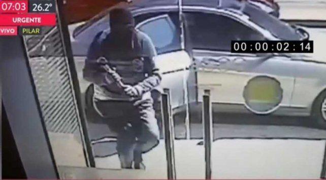 Golpe comando: En 30 segundos robaron 750.000 pesos de un banco