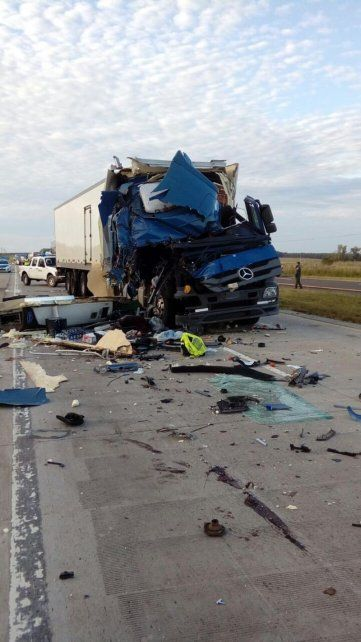 Espectacular choque de dos camiones sin heridos, pese a la violencia del impacto