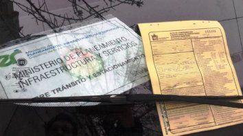 Inspector le labró la multa a un auto oficial