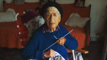 Maruca tiene 102 años y cumple el aislamiento tejiendo para regalar