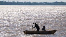 Limitan la pesca comercial y deportiva por bajante del Paraná