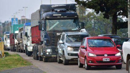 Enormes colas de vehículos en el acceso al Túnel, esta mañana.