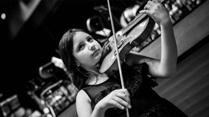 Violinista toca en el ciclo de la Asociación Mariano Moreno
