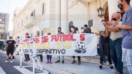 Titulares y empleados de Complejos deportivo yFútbol 5llegaron este mediodía hasta la explanada de Casa de Gobierno, enParaná