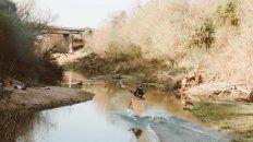 El deportista de Paraná usando el winch, un motor que logra trasladar a un arroyo o donde haya algo de agua