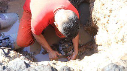 Trabajadores municipales organizaron un operativo para reparar el caño. Imagen ilustrativa.