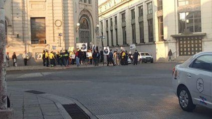 Empleados nucleados en Sitracyt se concentraron este miércoles frente a la sede delCorreo Argentino